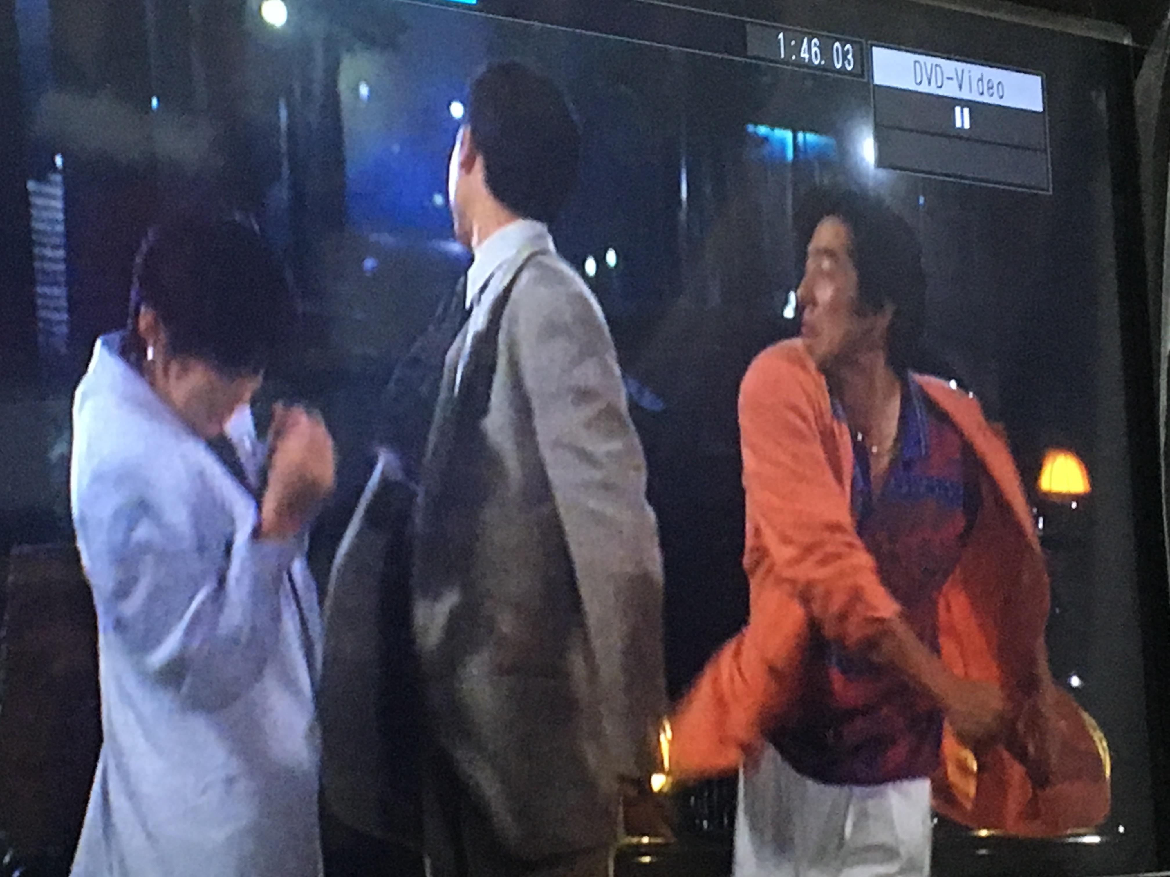 良い雰囲気でこれからホテルに行く展開に、婚約者の鶴見辰吾が突然現れて、野球選手を無能の見世物呼ばわりで、真田広之が切れてぶん殴る、強引な展開。