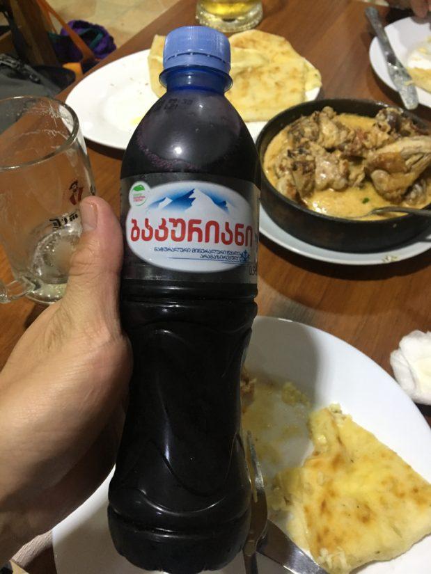 自家製ワインを注文したらなんと水のペットボトルできた。レアな一品という感じで残りは持ち帰り飲みました。