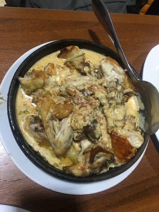 ニンニクがこれでもかと効いた鳥肉料理。