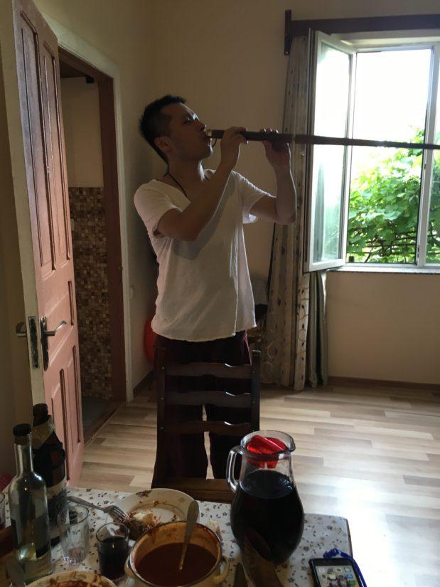 槍の中にワインを入れられる場所がありました。