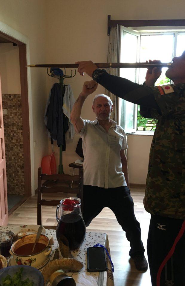 宿泊客みんなで槍を回し飲み。