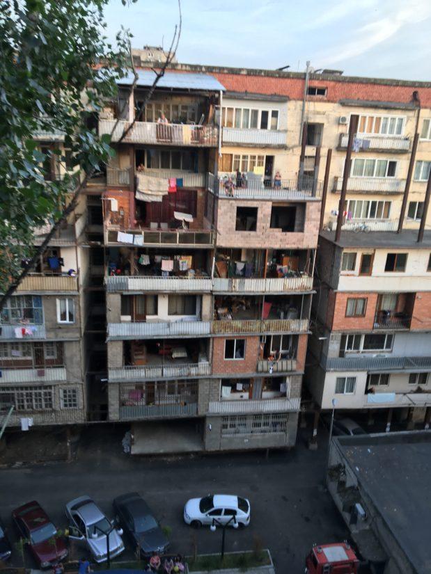 小説「深夜特急」で主人公が最初に泊まる香港の宿を思いだした。目の前も団地になっていて、人々の生活が垣間見れます。ずっと見ていられいました。