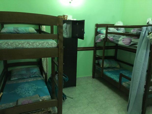 薄暗い照明にベッドが4つあるだけ。