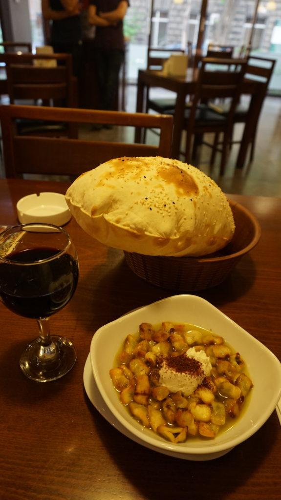 manti soup と備え付けのパンと国産ワイン。